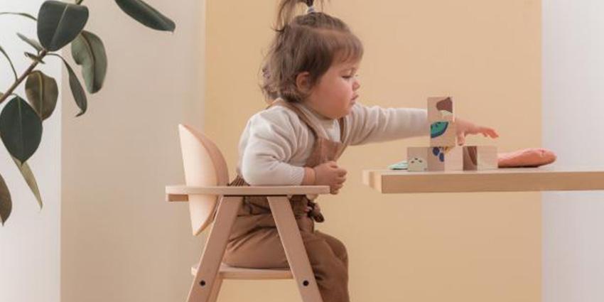 kinderstoel baby's eten aan tafel